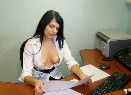 Женщина на работе голая